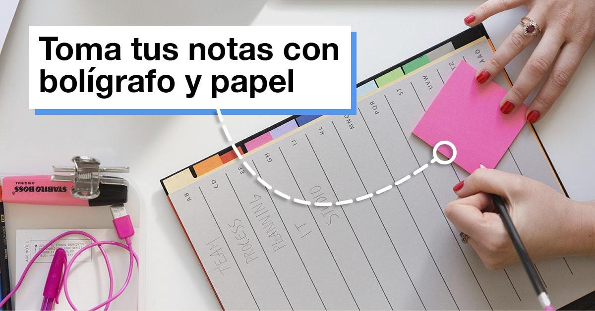 Toma tus notas con bolígrafo y papel